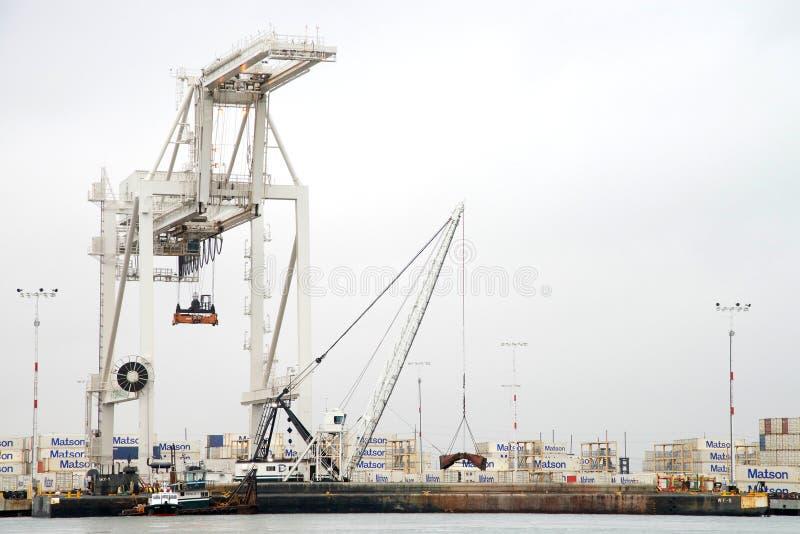 Remorqueur PHILLIS T fixant un bateau de péniche contre les docks au port d'Oakland images stock