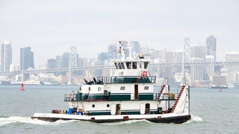 Remorqueur SARAH REED de Dutra dans le San Francisco Bay images stock