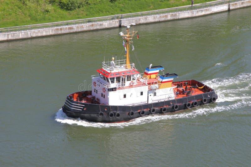 Remorqueur sur Kiel Canal image stock