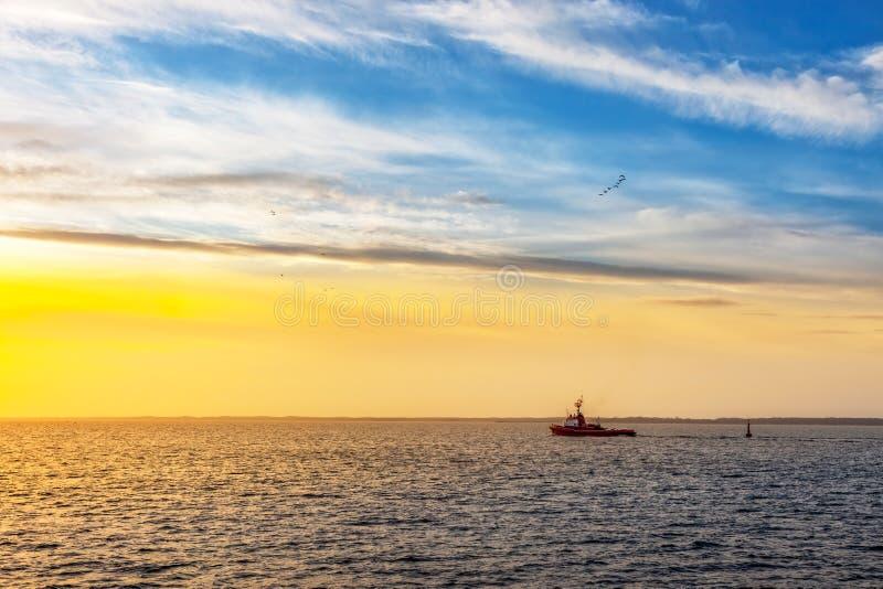 Remorqueur sur la mer photographie stock