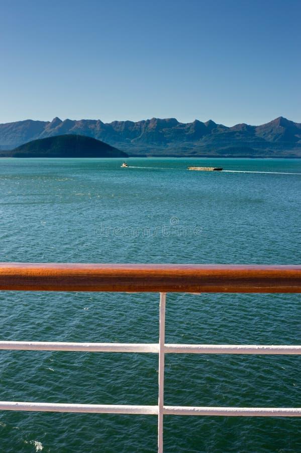 Remorqueur tirant la péniche un jour ensoleillé La Manche de Gastineau, Juneau, Alaska, Etats-Unis photo libre de droits