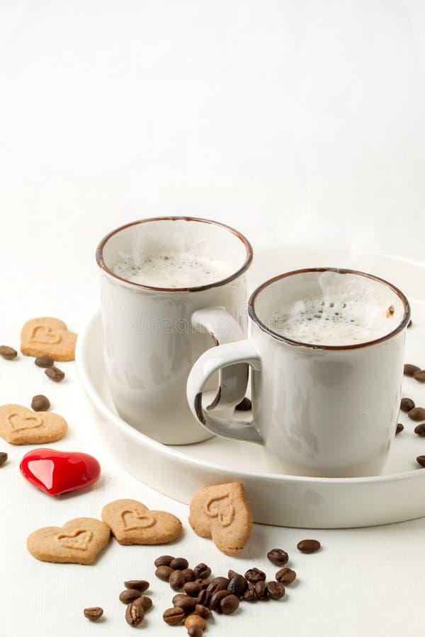 Remorquez la tasse de cappuccino avec des biscuits comme coeurs photo stock
