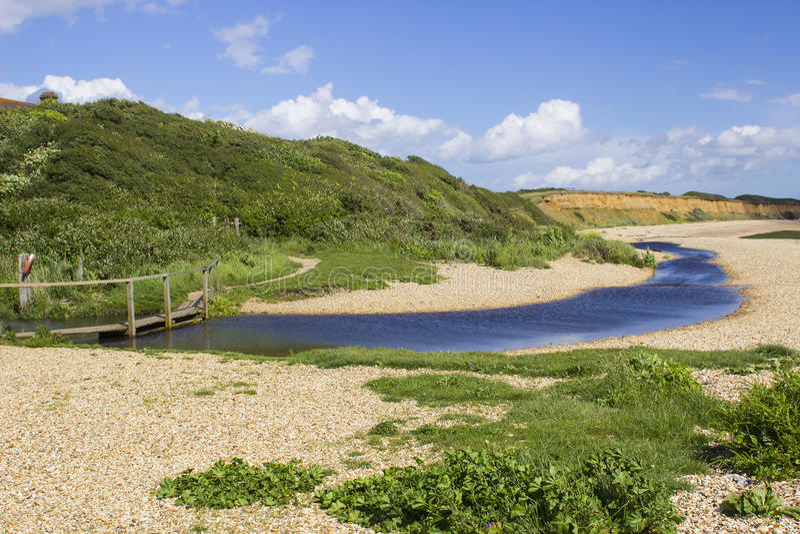 Remote напудрил пляж раковины на воде Саутгемптона в конце пути уздечки майны крюка около общего Англии Titchfield стоковые фотографии rf