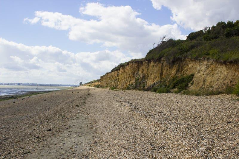 Remote напудрил пляж раковины на воде Саутгемптона в конце пути уздечки майны крюка около общего Англии Titchfield стоковая фотография rf