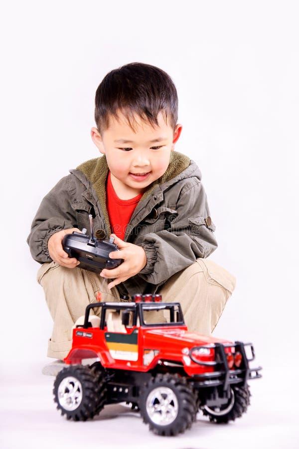 remote för pojkebilkontroll royaltyfria bilder