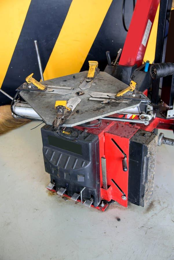 Remova a máquina de borracha da roda foto de stock