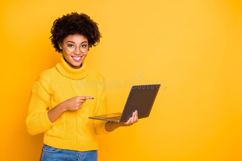 Remova o conceito de trabalho Foto de uma garota inteligente e experiente que busca tutor de professores na página da Web quer ap fotografia de stock royalty free