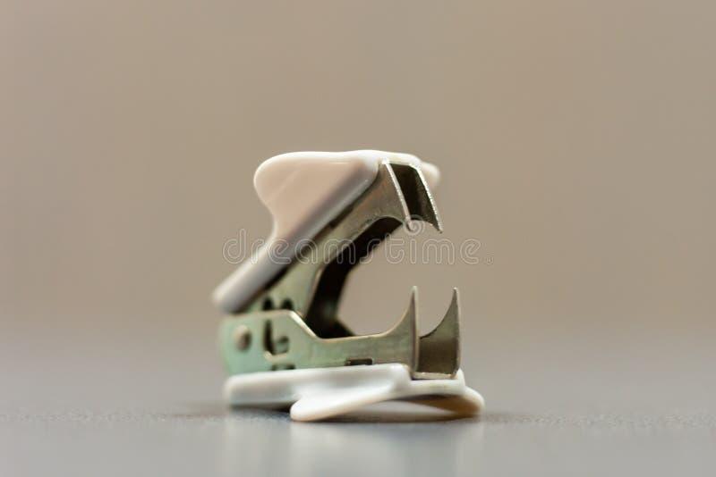 Removedor del clip de papel en la mesa de la oficina fotografía de archivo