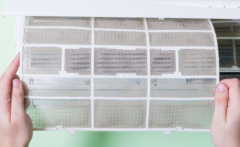 Removendo o condicionador de ar sujo foto de stock royalty free
