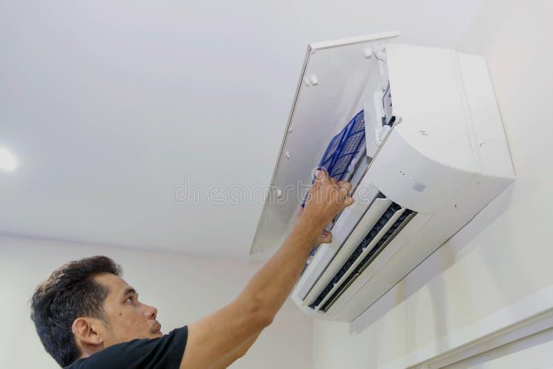 Removendo o filtro de ar do condicionador de ar imagem de stock