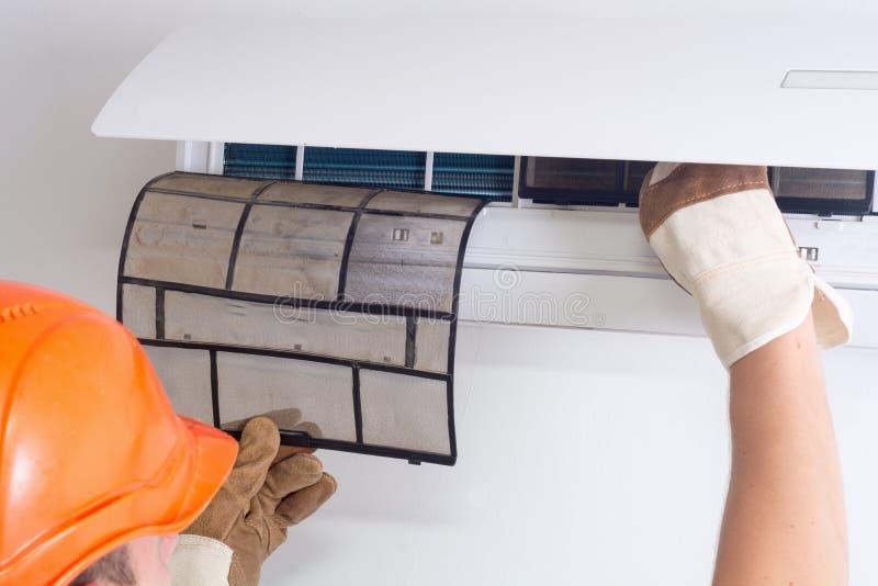 Removendo o filtro sujo do condicionador de ar fotos de stock