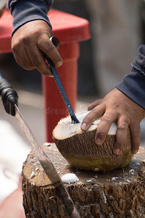 Removendo a parte meaty de um coco em México imagens de stock