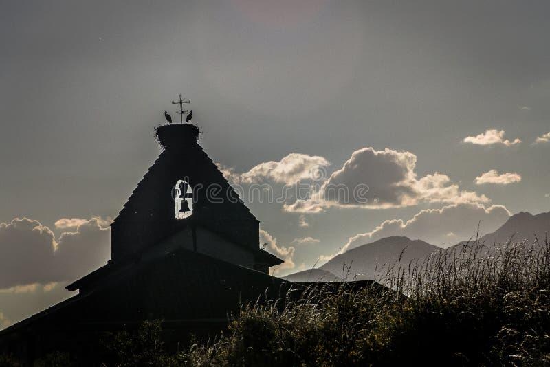 Rempart d'?glise au coucher du soleil en montagne de Palencia Palencia images stock