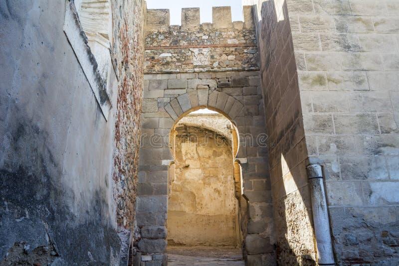 Remparts, voies et tours de mur musulman de Badajoz, Espagne photo stock