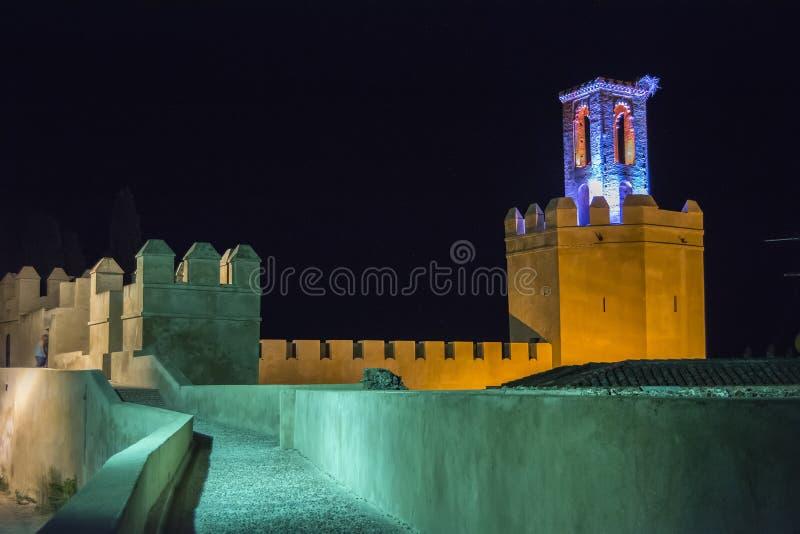Remparts, voies et tours de mur musulman de Badajoz la nuit photos libres de droits