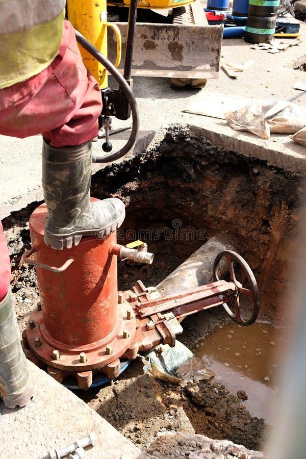 Remplacement de conduite d'eau principale photo stock