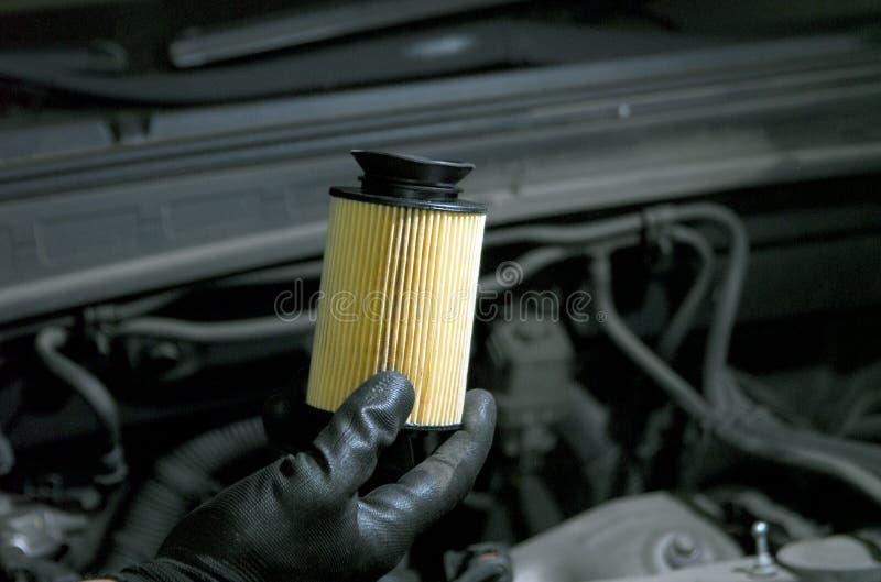 Remplacement de filtre à huile photo stock