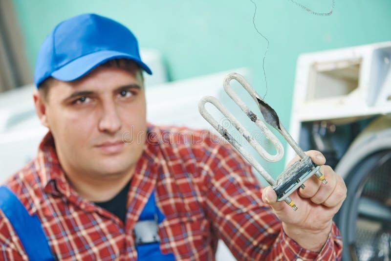 Remplacement de l'élément de chauffe électrique turbular de la machine à laver image libre de droits