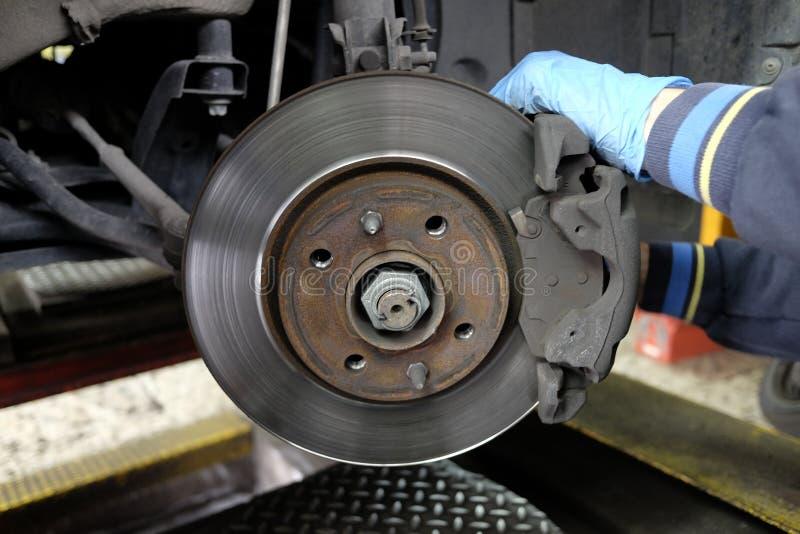 Remplacement des freins à disque images stock