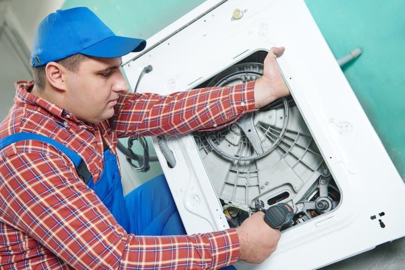 Remplacement du moteur de la machine à laver photo libre de droits