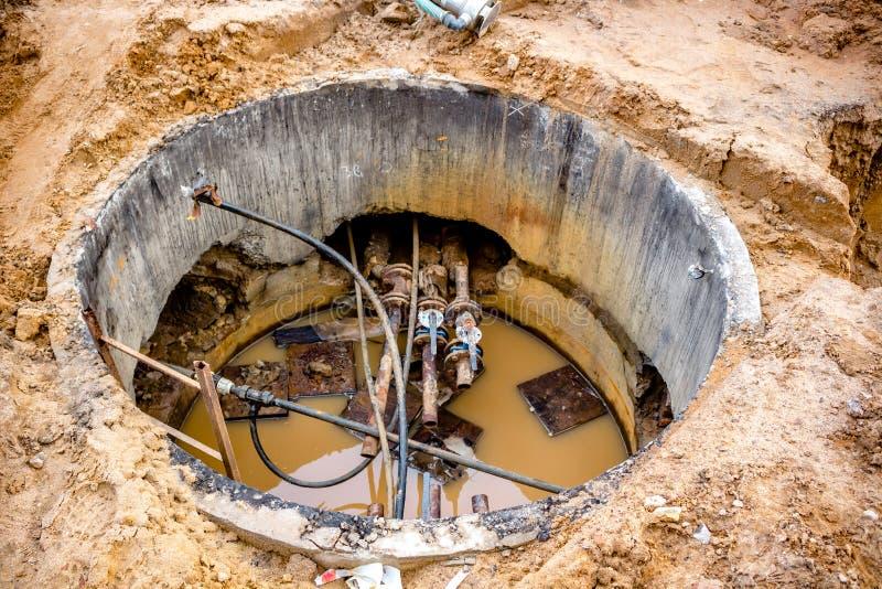 Remplacement et réparation des conduites d'eau obsolètes dans le puits photos libres de droits