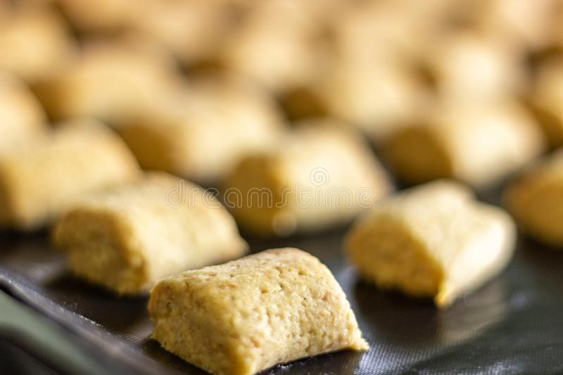 Rempli de petits biscuits d'amande images libres de droits