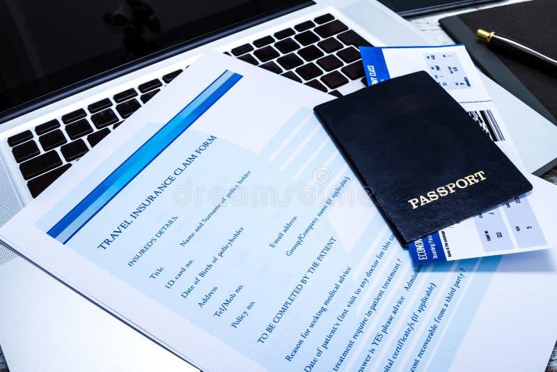 Remplir formulaire de réclamation d'assurance de voyage photo libre de droits