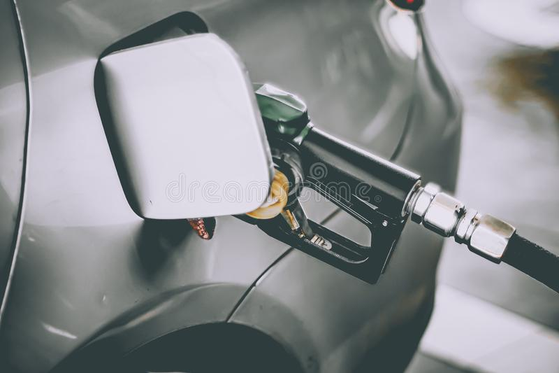 Remplissage de la buse à essence dans une station-service Concept de transport et de propriété Remplissez la voiture à l'essence images stock