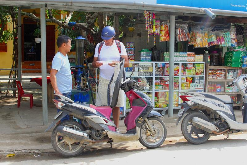 Remplissage de touristes de punp d'essence de cru de motocyclette, Nhong Pha, Vietnam photo stock
