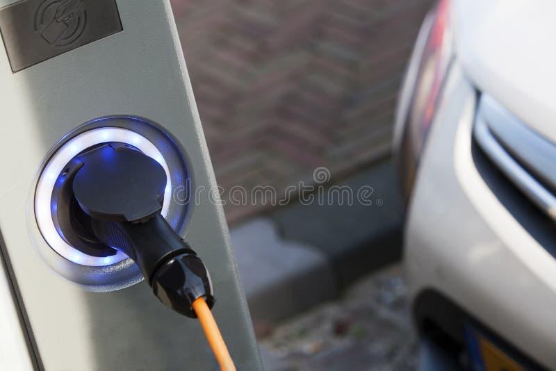 Remplissage de voiture électrique image libre de droits