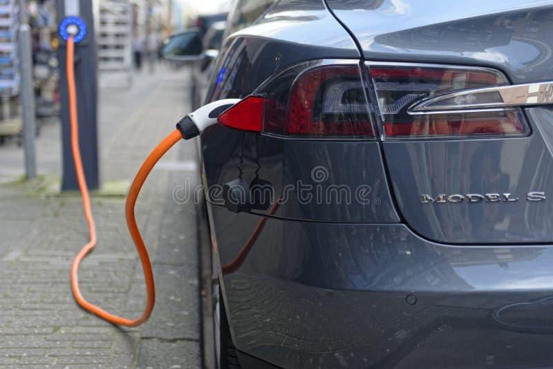 Remplissage du modèle S de Tesla photos libres de droits