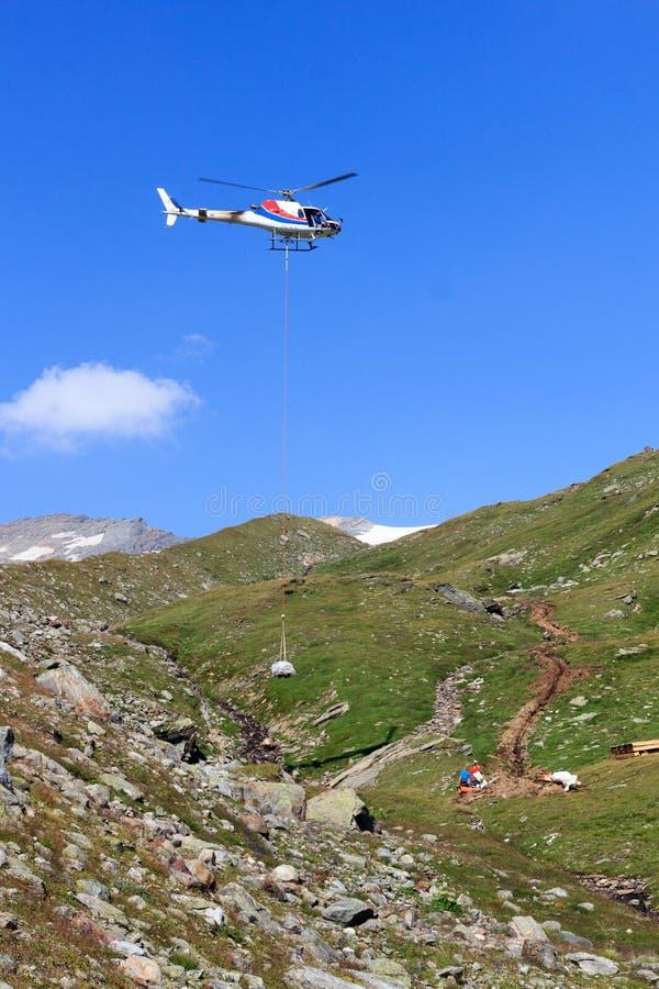 Remplissage vertical avec le panorama d'hélicoptère et de montagne de vol, Alpes de Hohe Tauern, Autriche images stock