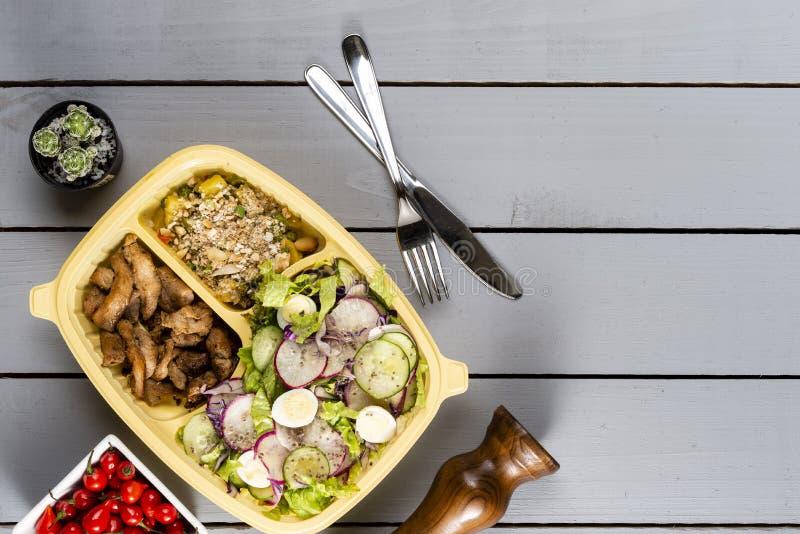 Remsor av sauteed höna och grönsaker med grönsakfarofa Brasiliansk lunchask Framåt målförberedelse eller bantabegrepp Till royaltyfri fotografi