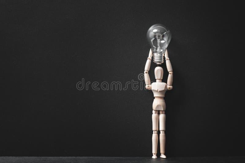 Remue méninge de l'ampoule en bois d'homme d'idée d'inspiration image libre de droits