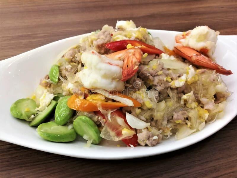 Remuez la nouille et la crevette en verre frites avec le haricot stinky Sataw photos libres de droits