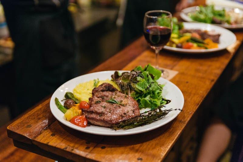 Remuez le bifteck frit de porc servi avec l'écrimage végétal de pomme de terre de garniture, de salade et de mâche avec le habill image stock