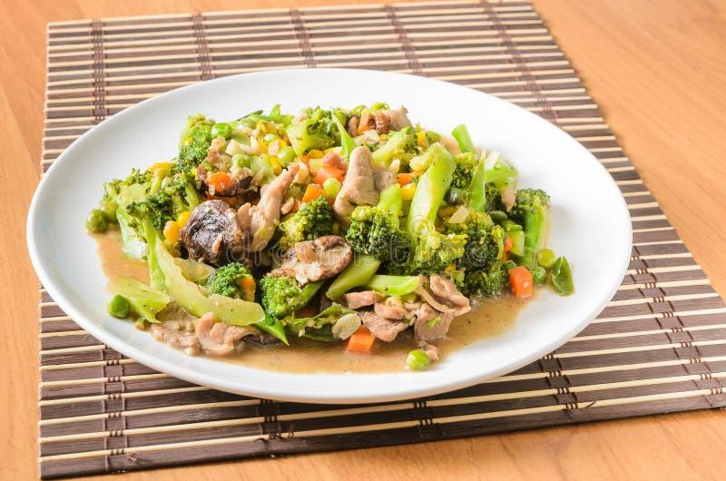 Remuez le brocoli frit, carotte, maïs, haricot vert photo libre de droits
