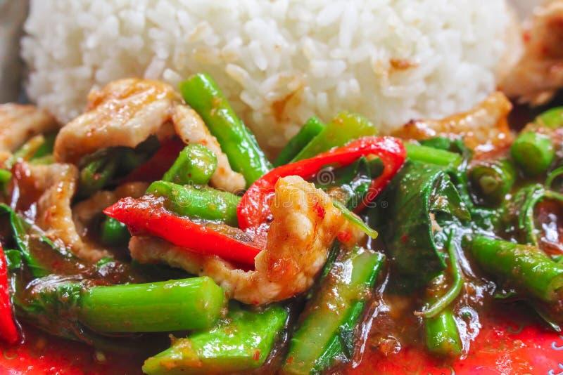 Remuez le porc frit avec la pâte rouge de cari et le chou frisé organique, nourriture thaïlandaise photographie stock