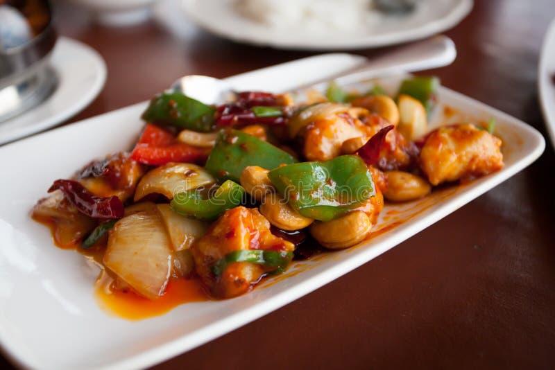 Remuez le poulet frit avec des noix de cajou, un aliment thaïlandais célèbre images libres de droits