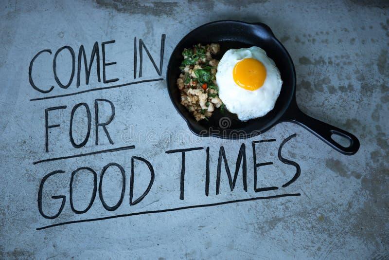 Remuez le poulet frit avec des piments et le basilic thaïlandais avec l'oeuf au plat dessus photographie stock