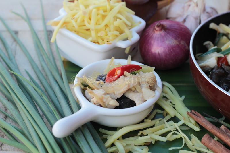 Remuez le poulet frit, le gingembre et le gingembre frais coupés en tranches photographie stock