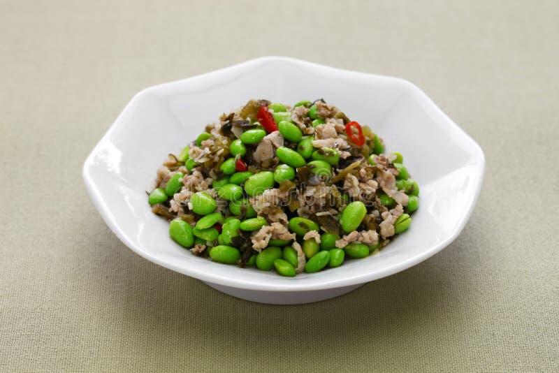 Remuez les légumes frits d'edamame et de neige, cuisine chinoise images libres de droits