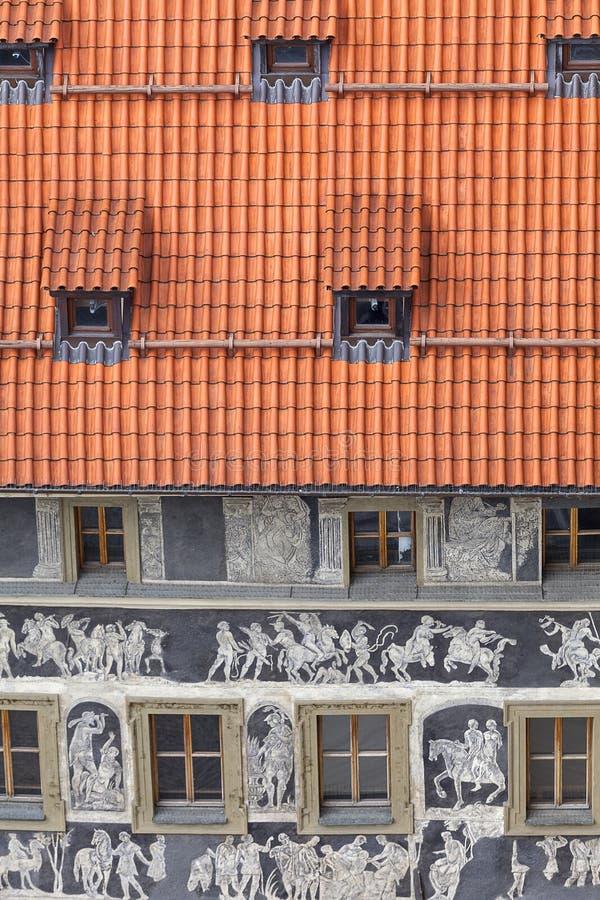 Renässans`-huset under en minimal ` dekorerade med tekniksgraffitoplatser från grekisk mytologi, den gamla stadfyrkanten, Prague, royaltyfri fotografi