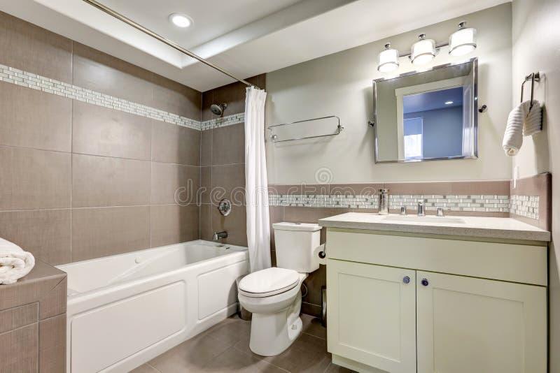 Ren badruminre med den bruna tegelplattan arkivbilder