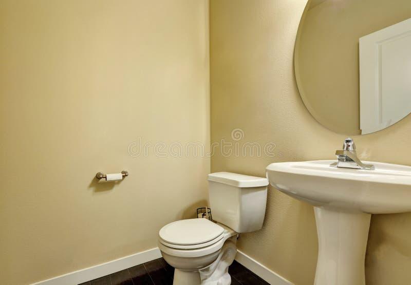 Ren beige badruminre med det vita keramiska följet royaltyfri fotografi