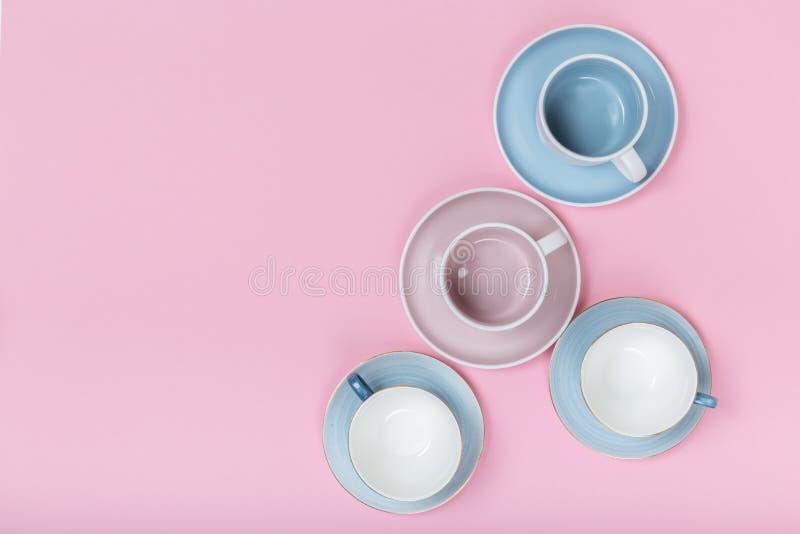 Ren disk, kaffe eller teservis p? rosa bakgrund royaltyfri bild