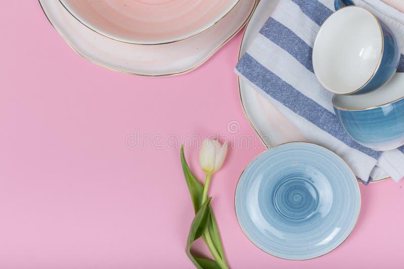Ren disk, m?nga eleganta porslinkoppar, tefat och plattor royaltyfri fotografi