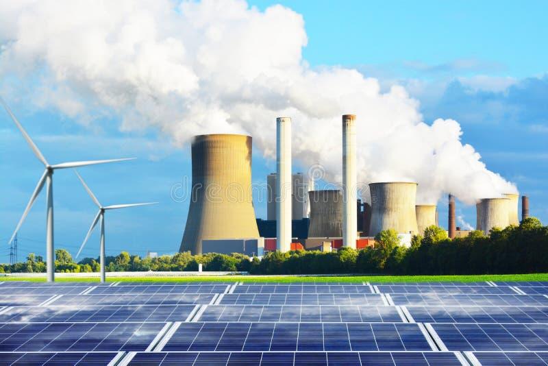 Ren energi frambragte vid solpanelstationen och konventionell energi för väderkvarnar kontra med bränslekolkraftväxten arkivfoton