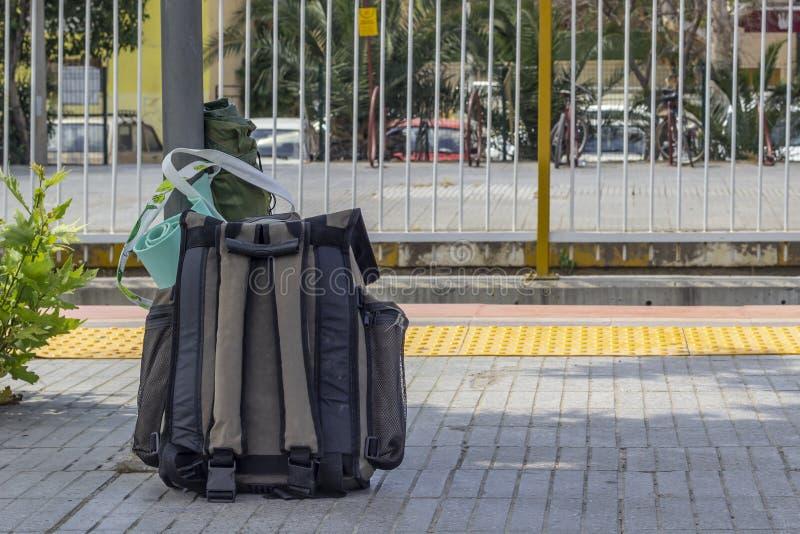 Ren fors av handelsresandepackepåsen på banlieudrevstationen arkivfoto