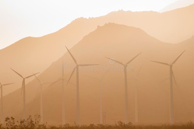 Ren grön makt för öken för energivindturbiner alternativ arkivbild